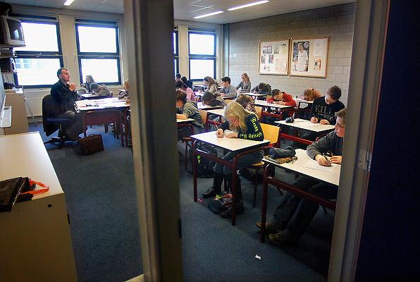 Nederland, Horst, 18-12-2007..VMBO onderwijs aan het Dendron college. Een leraar, docent geeft theorie aan een klas...Foto: Flip Franssen/Hollandse Hoogte