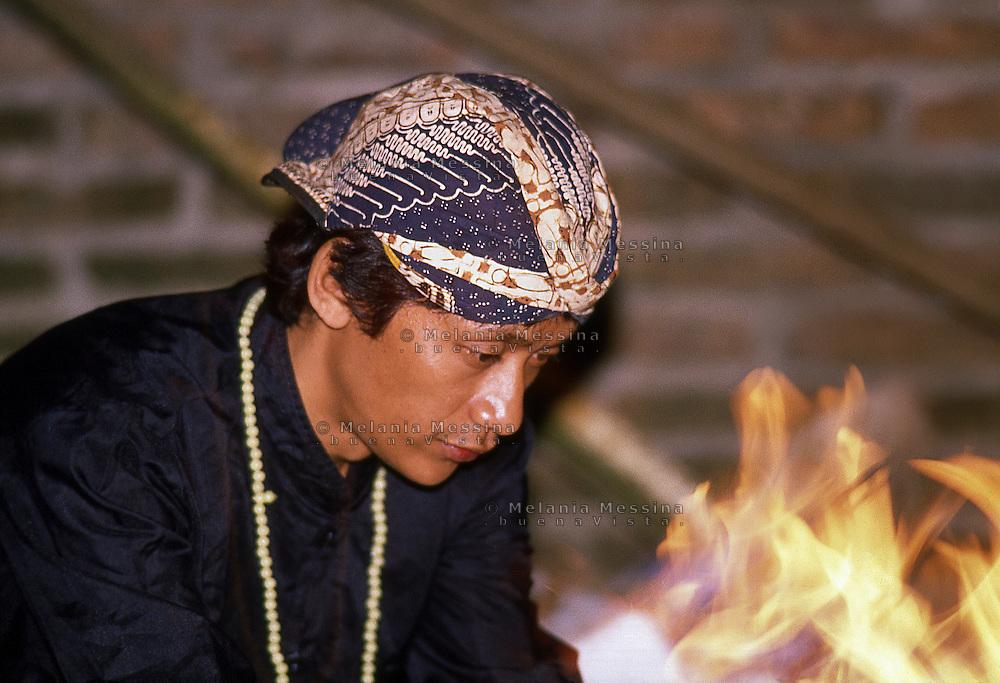Indonesia, Java island; meditation of Pak Iman before starting  the ritual of the Kris.<br /> Indonesia, isola di Giava; meditazione del duk&ugrave;n Pak Iman prima di dare inizio al rituale del kris.