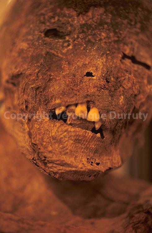 Momie d'enfant de la culture prestonpuno, à 130 kilomètres de Sucre. Elle est aujourd'hui conservée au musée archéologique de Sucre, en Bolivie...Momie d'enfant de la culture prestonpuno, à 130 kilomètres de Sucre. Elle est aujourd'hui conservée au musée archéologique de Sucre, en Bolivie.