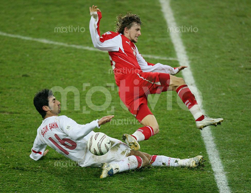 Fussball International WM Qualifikation Schweiz 2-0 Tuerkei Daniel Gygax (SUI,re) gegen Selcuk Sahin (TUR)