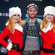 NLD/Amsterdam/20121222 - Inloop 538Jingleballs 2012, Ben Saunders met 2 kerstengelen