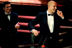 16-12-2008 ALGEMEEN: NOC NSF SPORTGALA: AMSTERDAM<br /> Maarten van der Weijden gekozen tot beste Sportman van het Jaar. De prijs werd uitgereikt door vriend en oud-zwemmer Pieter van den Hoogenband. <br /> ©2008-WWW.FOTOHOOGENDOORN.NL
