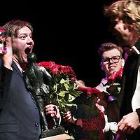 Nederland, Amsterdam , 14 april 2015.<br /> Tjeerd Gerritsen heeft dinsdagavond de Wim Sonneveldprijs 2015 gewonnen. Marjolein de Graaff werd tweede, Elke Vierveijzer derde. De finale van de Wim Sonneveldprijs was in de Wim Sonneveldzaal van het DeLaMar Theater in Amsterdam. Gerritsen kreeg de prijs uit handen van juryvoorzitter Ruud Buurman. Hij won ook de publieksprijs.<br /> Op de foto: Uitzinnige Tjeerd direct na de uitreiking van zowel de Wim Sonneveldprijs als de publieksprijs. <br /> Foto:Jean-Pierre Jans