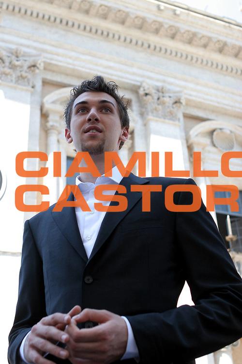 DESCRIZIONE : Roma Campidoglio Andrea Bargnani a colloquio con il Sindaco Veltroni<br />GIOCATORE : Bargnani<br />SQUADRA : Toronto Raptors<br />EVENTO : Roma Campidoglio Andrea Bargnani a colloquio con il Sindaco Veltroni<br />GARA : <br />DATA : 25/07/2006 <br />CATEGORIA : Ritratto<br />SPORT : Pallacanestro <br />AUTORE : Agenzia Ciamillo-Castoria/M.Cacciaguerra<br />Galleria : Legabasket A1 2006-2007<br />Fotonotizia : Roma Campidoglio Andrea Bargnani a colloquio con il Sindaco Veltroni<br />Predefinita :