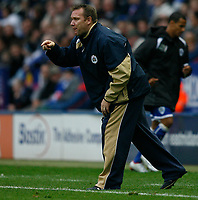 Photo: Steve Bond.<br /> Leicester City v Barnsley. Coca Cola Championship. 27/10/2007. Simon Davey gives instructions from the touchline