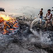 Au petit matin les Doms éteignent les feux qui ont brûlé toute la nuit.