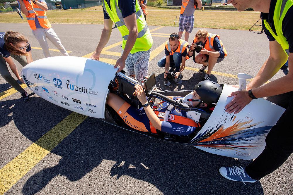 Op de vliegbasis van Woensdrecht wordt de VeloX 8, de nieuwste recordfiets, gepresenteerd aan de pers en publiek met een oefenrit. In september wil het Human Power Team Delft en Amsterdam, dat bestaat uit studenten van de TU Delft en de VU Amsterdam, tijdens de World Human Powered Speed Challenge in Nevada een poging doen het wereldrecord snelfietsen voor vrouwen te verbreken met de VeloX 8, een gestroomlijnde ligfiets. Het record is met 121,81 km/h sinds 2010 in handen van de Francaise Barbara Buatois. De Canadees Todd Reichert is de snelste man met 144,17 km/h sinds 2016.<br /> <br /> At the military airbase in Woensdrecht the newest record bike, the VeloX 8, is presented to the media and public. With the VeloX 8, a special recumbent bike, the Human Power Team Delft and Amsterdam, consisting of students of the TU Delft and the VU Amsterdam, also wants to set a new woman's world record cycling in September at the World Human Powered Speed Challenge in Nevada. The current speed record is 121,81 km/h, set in 2010 by Barbara Buatois. The fastest man is Todd Reichert with 144,17 km/h.