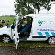 """Nederland Horst 30 september 2008 20080930 Foto: David Rozing ..Serie vernattingscampagne """" Nieuw Limburgs Peil """" de Peel ..Waterschapper Frans van Munnickhof vertrekt vanaf lokatie waar het grondwaterpeil geregeld wordt. Vernattingscampagne """" Nieuw Limburgs Peil """" in omgeving de Peel, uitgevoerd door o.a. de  plaatselijke boeren in samenwerking met het waterschap Peel en Maasvallei. Het doel is een hoger peil van het grondwater dmv het vasthouden van hemelwater. Dit  wordt verwezenlijkt door de aanleg van stuwen in de watergangen bij bv akkers. Door de stuwen in de sloten/ watergangen dicht te zetten wordt het grondwaterpeil hoger in het gebied. Voordelen hiervan zijn: verdroging van de natuur wordt tegen gegaan, voor de boeren kan het drie beregeningen per jaar besparen. Boerenpeil: 400 van de inmiddels 1250 stuwen worden beheerd door de boeren. Natuurgebieden als De Grote Peel en Maria peel hebben veel te lijden gehad onder eerder .waterbeheer:  Het waterschap heeft in het verleden veel akkerslootjes, beken en kanaaltjes aangelegd om ervoor te zorgen dat het water rond dit natuurgebied snel kon wegvloeien, zodat de oogsten.niet zouden verrotten en de akkers goed bewerkbaar waren, maar waardoor nu het waterpeil erg snel zakt..Medewerkers van het waterschap bezoeken de boeren thuis en voeren keukentafelgesprekken met hen om ze te betrekken bij het project. .De Peel is een grotendeels verdwenen hoogveengebied op de grens van de Nederlandse provincies Noord-Brabant en Limburg. ..Foto David Rozing"""