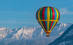 05.02.2018, Zell am See - Kaprun, AUT, BalloonAlps, im Bild ein Heissluftballon bei seiner Fahrt im Gebirge // a hot air balloon infront of the Mountains Scenery during the International Balloonalps Week, Zell am See Kaprun, Austria on 2018/02/05. EXPA Pictures © 2018, PhotoCredit: EXPA/ JFK