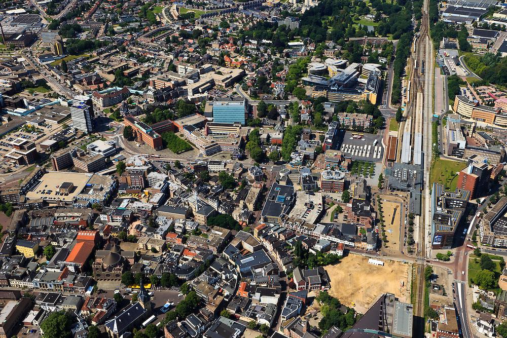 Nederland, Overijssel, Enschede, 30-06-2011; binnenstad Binnensingelgebied en rechts het  station (dubbel eindstation) aan het Stationsplein. Overview city of Enschede..luchtfoto (toeslag), aerial photo (additional fee required).copyright foto/photo Siebe Swart