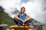 Karine Moix, gardienne de cabane alpine, fait le ravitaillement de la cabane de la Tourche au-dessus de Saint-Maurice le 5 juin  2018, avec l'aide d'un h&eacute;licopt&egrave;re de la compagnie AIR-GLACIERS. <br /> (Olivier Maire)<br /> <br /> tourisme montagnes Alpes randonn&eacute;e promenade Alps