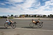 Christien Veelenturf en Rik Houwers trainen in Battle Mountain op de ligfiets. Het Human Power Team Delft en Amsterdam (HPT), dat bestaat uit studenten van de TU Delft en de VU Amsterdam, is in Amerika om te proberen het record snelfietsen te verbreken. Momenteel zijn zij recordhouder, in 2013 reed Sebastiaan Bowier 133,78 km/h in de VeloX3. In Battle Mountain (Nevada) wordt ieder jaar de World Human Powered Speed Challenge gehouden. Tijdens deze wedstrijd wordt geprobeerd zo hard mogelijk te fietsen op pure menskracht. Ze halen snelheden tot 133 km/h. De deelnemers bestaan zowel uit teams van universiteiten als uit hobbyisten. Met de gestroomlijnde fietsen willen ze laten zien wat mogelijk is met menskracht. De speciale ligfietsen kunnen gezien worden als de Formule 1 van het fietsen. De kennis die wordt opgedaan wordt ook gebruikt om duurzaam vervoer verder te ontwikkelen.<br /> <br /> The Human Power Team Delft and Amsterdam, a team by students of the TU Delft and the VU Amsterdam, is in America to set a new  world record speed cycling. I 2013 the team broke the record, Sebastiaan Bowier rode 133,78 km/h (83,13 mph) with the VeloX3. In Battle Mountain (Nevada) each year the World Human Powered Speed Challenge is held. During this race they try to ride on pure manpower as hard as possible. Speeds up to 133 km/h are reached. The participants consist of both teams from universities and from hobbyists. With the sleek bikes they want to show what is possible with human power. The special recumbent bicycles can be seen as the Formula 1 of the bicycle. The knowledge gained is also used to develop sustainable transport.