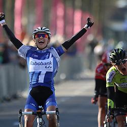 17-04-2016: Wielrennen: Ronde van Gelderland: Apeldoorn  <br />APELDOORN (NED) wielrennen  <br />De Poolse Kasia Niewiadoma (Rabobank)  heeft de Ronde van Gelderland gewonnen. Niewiadoma toonde zich in de straten van Apeldoorn de snelste van een kopgroep van drie. Natalie van Gogj werd tweede, de Belgische Lieselot Delcroix derde.