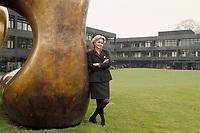 """10.03.1999, Deutschland/Bonn:<br /> Brigitte Sauzay, Beraterin des Bundeskanzlers für das deutsch-französische Verhältnis, und die Moore-Plastik """"Two Large Forms"""", Bundeskanzleramt, Bonn<br /> IMAGE: 19990310-02/03-33"""