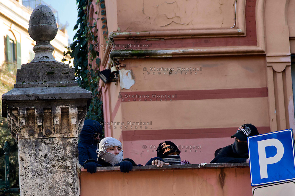 Roma, 12 Dicembre  2014<br /> Sgomberato dalla polizia un edificio appena occupato dai movimenti di lotta per la casa in via Cesalpino. Lo spazio occupato  &egrave; un &ldquo;bene&rdquo; sequestrato alla 'ndrangheta  della  cosca di San Luca. <br /> Rome, December 12, 2014<br /> Vacated by police a building occupied by the movements of struggle for the house in via Cesalpino. The space occupied had been seized at the 'Ndrangheta clan of San Luca.
