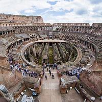 Dentro del Coliseo (en latín: Amphitheatrum Flavium Romae) es un anfiteatro de la época del Imperio romano, construido en el siglo I d. C. y ubicado en el centro de la ciudad de Roma. Roma, Italia. Inside The Colosseum or Coliseum, also known as the Flavian Amphitheatre, is an oval amphitheatre in the centre of the city of Rome, Italy.