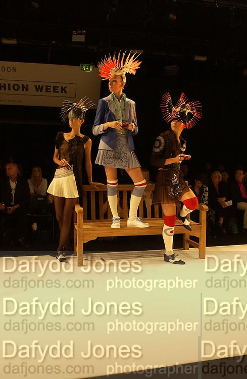 Dai Rees fashion show, London 22 September 2001. © Copyright Photograph by Dafydd Jones 66 Stockwell Park Rd. London SW9 0DA Tel 020 7733 0108 www.dafjones.com