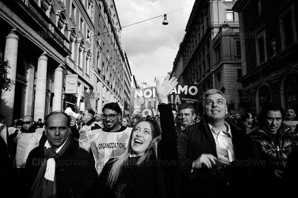 "Giorgia Meloni, leader del partito Fratelli d'Italia durante la manifestazione ""Italia Sovrana"". Roma 28 Gennaio 2017. Christian Mantuano / OneShot<br /> <br /> Leader of right wing party Fratelli d'Italia Giorgia Meloni (c)  during the demonstration 'Italia sovrana', (Italy Sovereign) Italy, Rome 28 January 2017 . Christian Mantuano / OneShot"