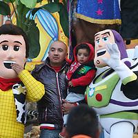 TOLUCA, Mexico.- La tradición de los Reyes magos en la alameda central de la ciudad capital vuelve a dar alegría a los niños y adultos al tomarse la foto del recuerdo. Agencia MVT. José Hernández.  (DIGITAL)