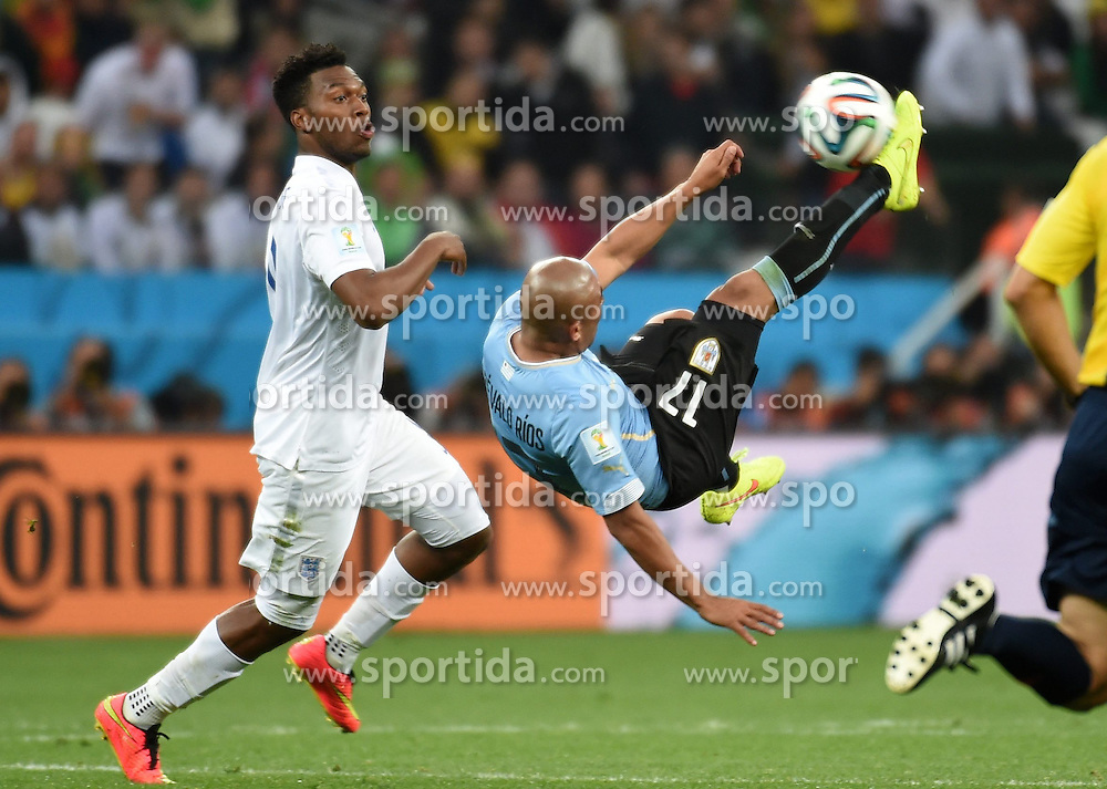 19.06.2014, Arena de Sao Paulo, Sao Paulo, BRA, FIFA WM, Uruguay vs England, Gruppe D, im Bild Uruguay's Egidio Arevalo Rios (R) makes an overhead kick // during Group D match between Uruguay and England of the FIFA Worldcup Brasil 2014 at the Arena de Sao Paulo in Sao Paulo, Brazil on 2014/06/19. EXPA Pictures &copy; 2014, PhotoCredit: EXPA/ Photoshot/ Li Ga<br /> <br /> *****ATTENTION - for AUT, SLO, CRO, SRB, BIH, MAZ only*****