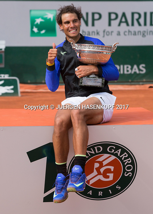 Sieger RAFAEL NADAL (ESP) mit Pokal, Siegerehrung, Praesentation<br /> <br /> Tennis - French Open 2017 - Grand Slam / ATP / WTA / ITF -  Roland Garros - Paris -  - France  - 11 June 2017.