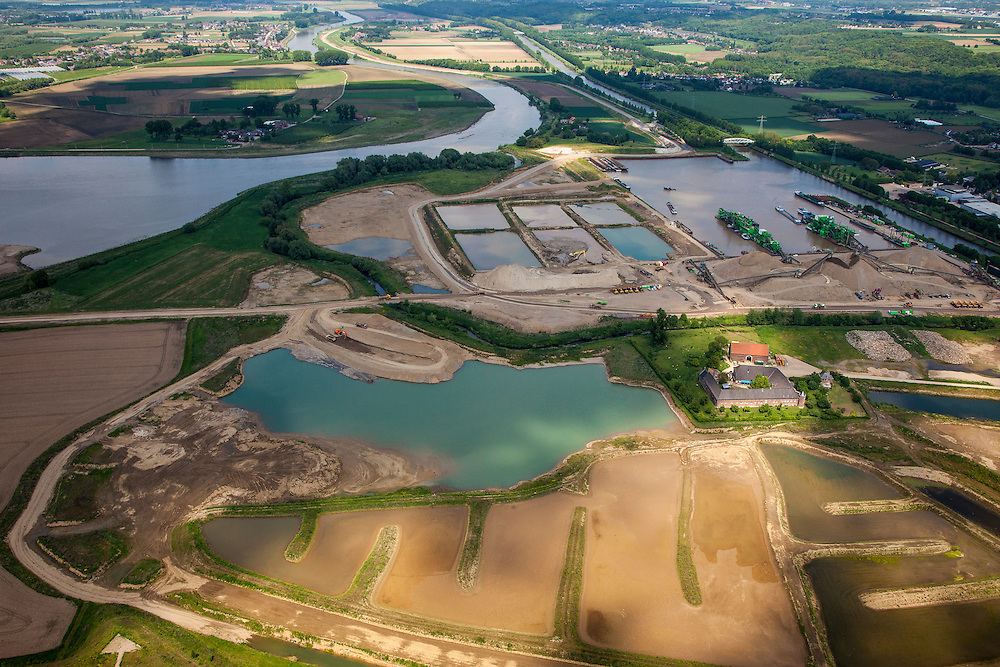 Nederland, Limburg, Gemeente Maastricht, 27-05-2013; Itteren, Grensmaas, onderdeel van de Maaswerken. Het stroombed van de Maas wordt verbreed om wateroverlast en de effecten van hoog water te beperken, Consortium Grensmaas wint grint en zand, natuurontwikkeling.<br /> Meuse, part of the Maaswerken. The stream bed of the river Maas will be widened to reduce the effects of flooding and high water. Grensmaas Consortium wins gravel and sand, nature.<br /> luchtfoto (toeslag op standaardtarieven);<br /> aerial photo (additional fee required);<br /> copyright foto/photo Siebe Swart.