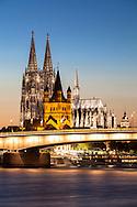 Europa, Deutschland, Koeln, Blick ueber den Rhein zum Dom, Kirche Gross St. Martin und Deutzer Bruecke. <br /> <br /> Europe, Germany, Cologne, view across the river Rhine to the  cathedral, church Gross St. Martin and the Deutzer bridge.