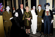 Hare Majesteit Koningin Beatrix wasvrijdagavond 22 juni in het Koninklijk Theater Carr&eacute; in Amsterdam de premi&egrave;re bij van de voorstelling The Life and Death of Marina Abramovic, als onderdeel van het Holland Festival. //// Her Majesty Queen Beatrix wasvrijdagavond 22 June in the Royal Theatre Carr&eacute; in Amsterdam at the premiere of the show The Life and Death of Marina Abramovic, as part of the Holland Festival.<br /> <br /> Op de foto / On the photo: <br />  v.l.n.r. ? , Anthony Hegarty , Robert Wilson , Koningin Beatrix , Marina Abramovic en WIllem Dafoe , ?