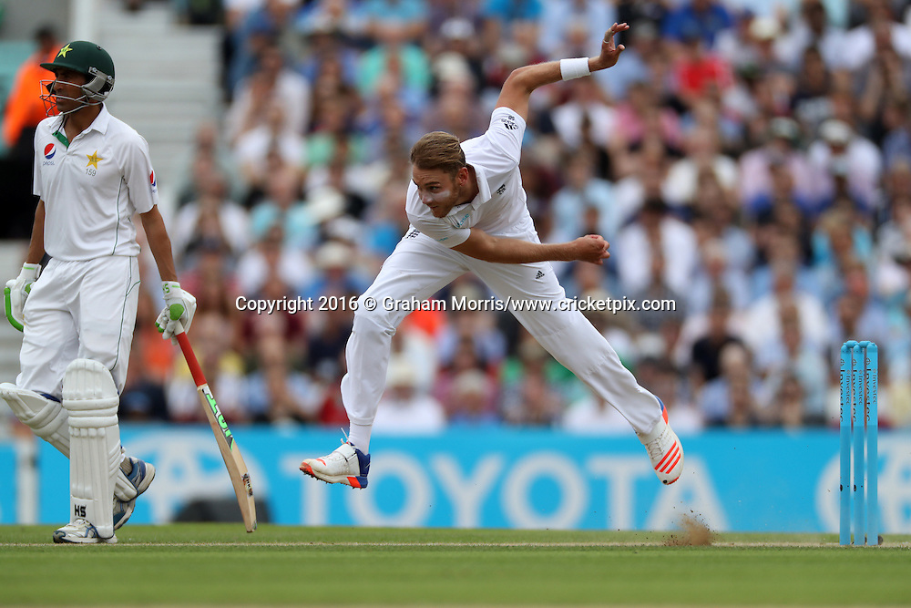 Stuart Broad bowls past Younis Khan during the 4th Investec Test Match between England and Pakistan at the Kia Oval. Photo: Graham Morris/www.cricketpix.com (Tel:+44(0)20 8969 4192; Email: graham@cricketpix.com) 13/08/2016