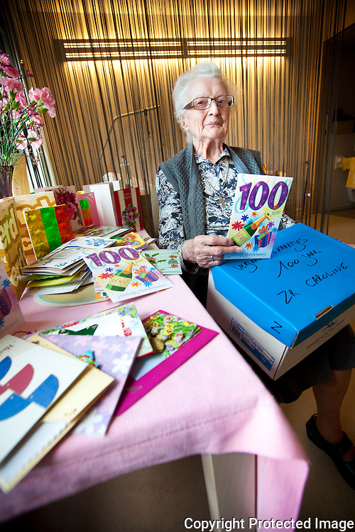 368410-Zuster Caroline kreeg meer dan 350 verjaardagskaartjes voor haar 100ste verjaardag-Overwinningsstraat 133 Willebroek