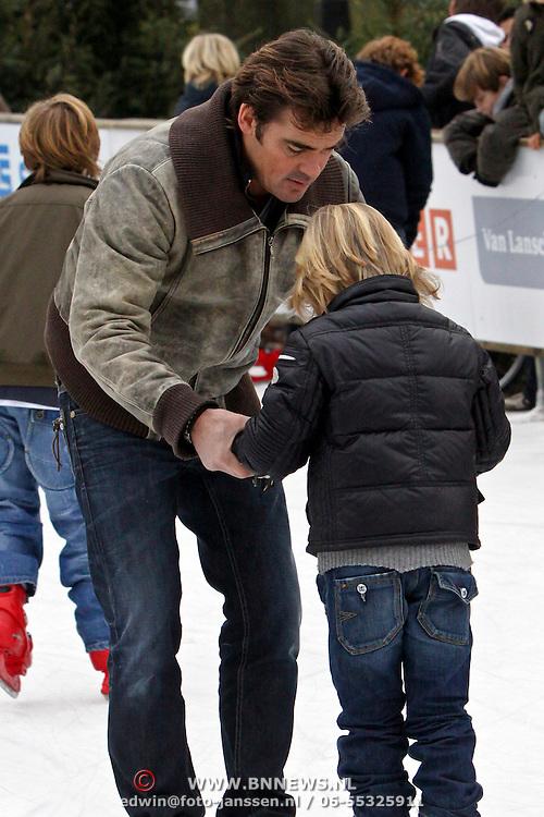 NLD/Laren/20081129 - Schaatsbaan Laren NH geopend, Jeroen van der Boom leert zijn zoon Daan schaatsen
