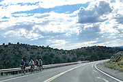 Fietsers rijden over de Interstate 50 in de Amerikaanse staat Nevada.<br />
