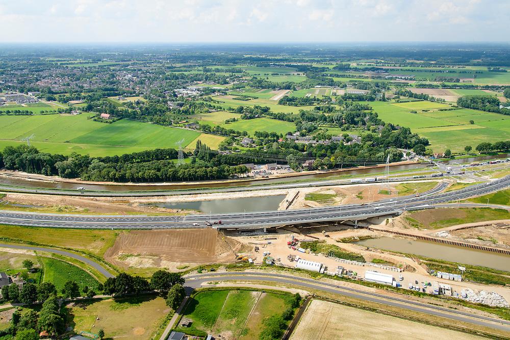 Nederland, Noord-Brabant, Gemeente Den Bosch, 26-06-2014;  aanleg Maximakanaal, directe verbinding tussen de Maas en de Zuid-Willemsvaart. Door de omlegging van Zuid-Willemsvaart hoeft de beroepsvaart niet langer door de binnenstad van Den Bosch. Ook maakt het nieuwe kanaal het mogelijk met grotere schepen te varen. Ansluiting beide kanalen.<br /> Construction Maxima channel, direct connection between river Meuse river and the South Willemsvaart, East of Den Bosch. <br /> luchtfoto (toeslag op standaard tarieven);<br /> aerial photo (additional fee required);<br /> copyright foto/photo Siebe Swart.
