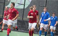 BLOEMENDAAL - Nick Meijer trotseert de hevige regen . links Stijn Jolie. Oud internationals Eby Kessing, Ronald Brouwer en Nick Meijer, alle spelers van Bloemendaal, namen afscheid met een afscheidsdrieluik. COPYRIGHT KOEN SUYK