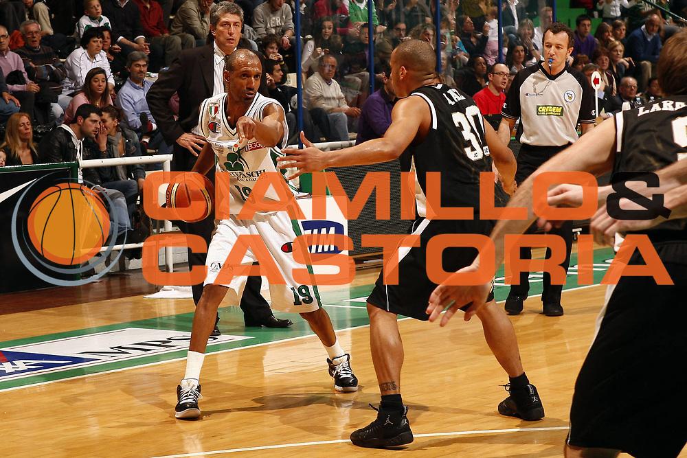 DESCRIZIONE : Siena Lega A 2008-09 Montepaschi Siena Eldo Caserta<br /> GIOCATORE : Arriel McDonald<br /> SQUADRA : Montepaschi Siena <br /> EVENTO : Campionato Lega A 2008-2009 <br /> GARA : Montepaschi Siena Eldo Caserta<br /> DATA : 19/04/2009<br /> CATEGORIA : palleggio<br /> SPORT : Pallacanestro <br /> AUTORE : Agenzia Ciamillo-Castoria/P. Lazzeroni<br /> Galleria : Lega Basket A1 2008-2009<br /> Fotonotizia : Siena Campionato Italiano Lega A 2008-2009 Montepaschi Siena Eldo Caserta<br /> Predefinita :