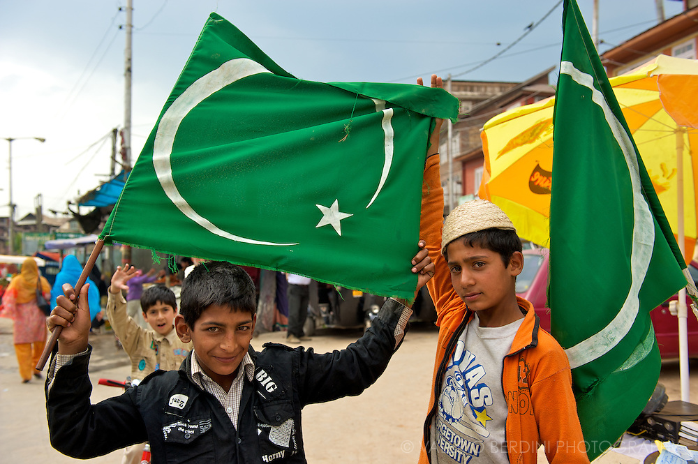 Children in the street of Srinagar, demonstrate and raise money to support a pro-Islam gathering.