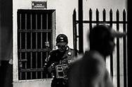 Detenidos en las celdas de la primera estacion policial de San Pedro Sula por delitos de robo con armas.