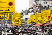 Nederland, Amsterdam, 9-4-2018Fietsenstalling bij het Leidseplein, kleine-gartmanplantsoen. De gemeente heeft Vanwege werkzaamheden aan het plein overdreven veel borden, waarschuwingsborden geplkaatst om aan te geven dat de fietsen weggehaald worden als ze niet op dit terrein staan . De bedoeling is om overlast van geparkeerde fietsen tegen te gaan. Foto: Flip Franssen