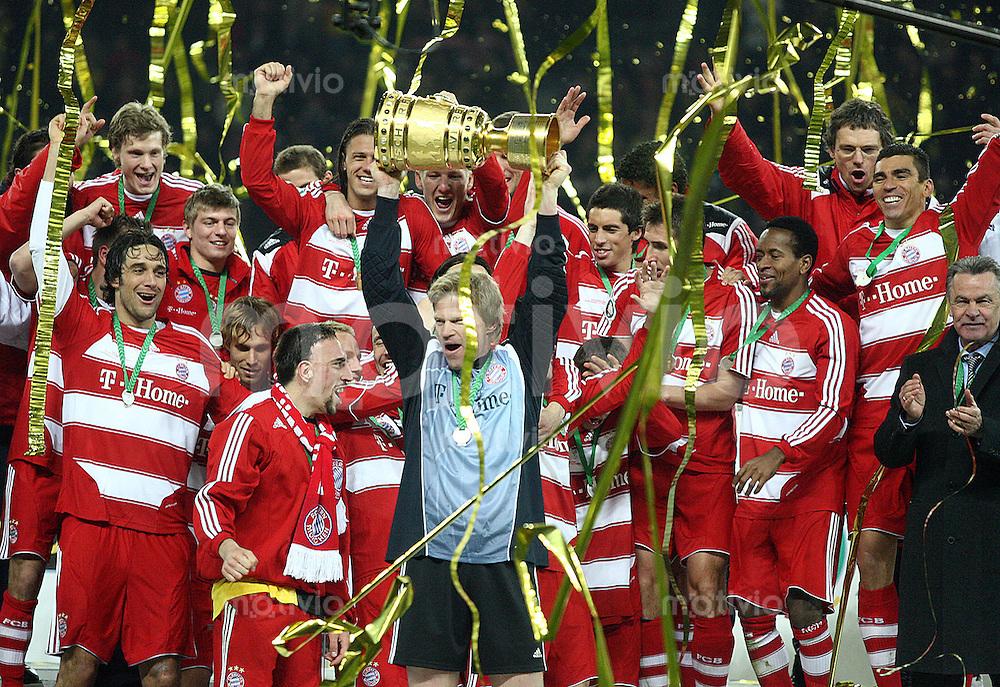 FUSSBALL   DFB POKAL   FINALE   19.04.08 Borussia Dortmund - FC Bayern Muenchen Die Mannschaft des FC Bayern Muenchen jubelt bei der Siegerehrung des DFB Pokal 2008.