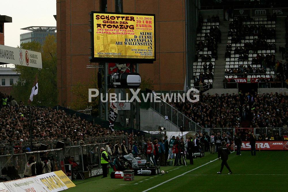 Atomkraftgegner aus dem Wendland weisen<br /> beim Heimspiel des FC St. Pauli am Millerntor gegen Eintracht Frankfurt am 30. Oktober 2010 mit gro&szlig;en Transparenten auf den bevorstehenden Castortransport hin. <br /> <br /> Ort: Hamburg<br /> Copyright: Karin Behr<br /> Quelle: PubliXviewinG
