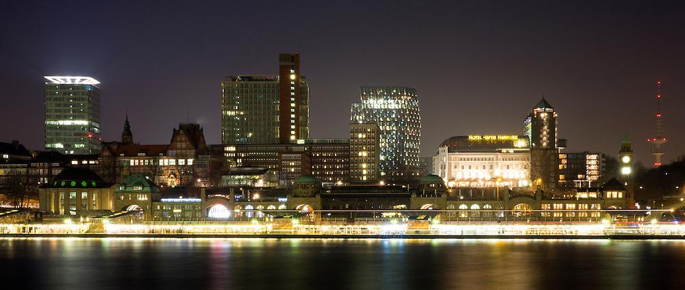 Blick auf die Skyline von Hamburg vom F&auml;hrkanal aus auf die Landungsbr&uuml;cken, St. Pauli, die Tanzenden T&uuml;rme, Hotel Hafen Hamburg und den Fernsehturm<br /> <br /> *** Hamburg at Night ***