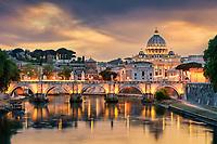 Zum Sonnenuntergang ist es möglich, von der Ponte Umberto in Rom, einen sehr schönen Blick über den Tiber auf die Engelsbrücke und Petersdom zu genießen.