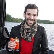 NLD/Amsterdam/20120514 - Presentatie Cointreau fles vol strikjes ontworpen door Alexis Mabille, Alexis Mabille met contreaucocktail