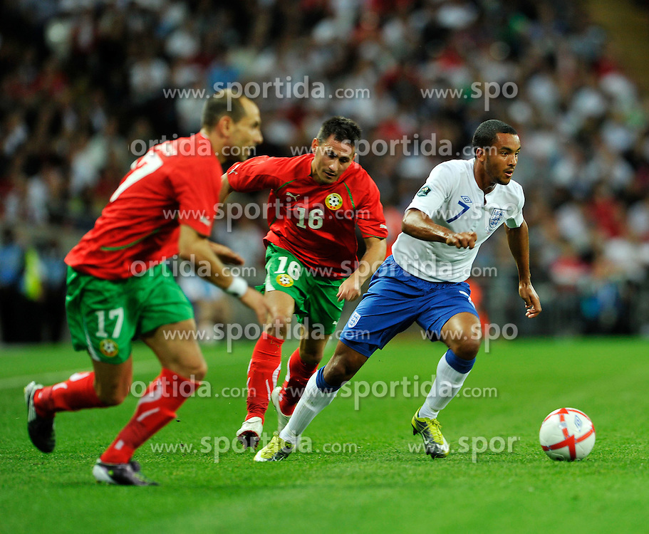 04.09.2010, Wembley Stadium, London, ENG, UEFA Euro 2012 Qualification, England v Bulgaria, im Bild Theo Wallcott of England gets the better of Martin Petrov and Zhivko Milanov of Bulgaria. EXPA Pictures © 2010, PhotoCredit: EXPA/ IPS/ Sean Ryan +++++ ATTENTION - OUT OF ENGLAND/UK +++++ / SPORTIDA PHOTO AGENCY