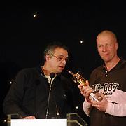 NLD/Bussum/20051212 - Uitreiking Gouden Beelden 2005, Eric Corton reikt het beeld voor muziek uit aan Popsecret - Coldplay van BNN, Richard Ros