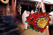 """AFGHANISTAN 2002."""" bazar  - erobert """" , die Warenwelt auf dem Bazar.von Mazar-I-Sharif....HIER:Verkauf von Kitsch, Plastikblumen und B¸stenhaltern... Im Hintergrund Frauen in weissen .Burkas ....11.07.2002.©  jungeblodt.com."""