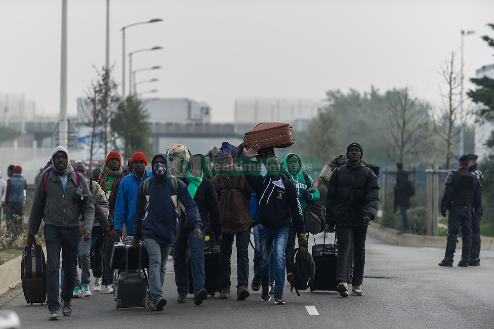 October 24, 2016 - Calais, France - Migrants leave the Calais Jungle. The refugee camp on the coast to the English Channel is to be cleared today. The approximately 8,000 refugees are distributed after the registration by busses to various reception centers in France. (Credit Image: © Markus Heine/NurPhoto via ZUMA Press)