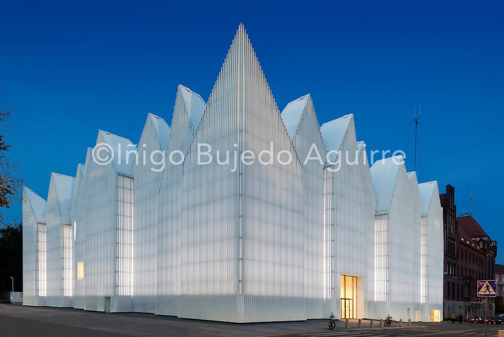 Corner elevation with zigzag roof profile against night sky. Szczecin Philharmonic Hall, Szczecin, Poland. Architect: Estudio Barozzi Veiga, 2014.