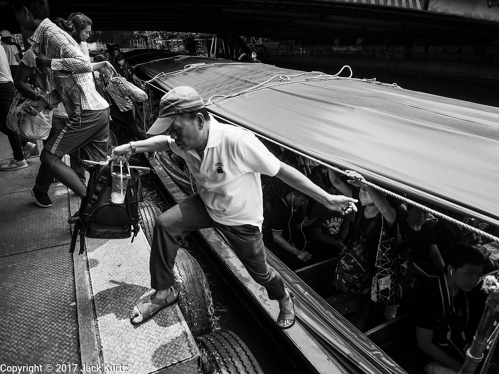 15 SEPTEMBER 2017 - BANGKOK, THAILAND: Passengers get off and Khlong Saen Saeb passenger boats at the Asok Pier, on Sukhumvit Soi 21. Tens of thousands of passengers ride the boat every day, commuting into Bangkok from the eastern suburbs.      PHOTO BY JACK KURTZ