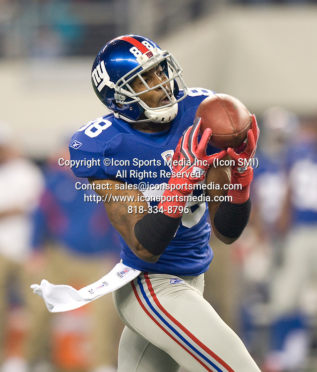 December 11, 2011: NY Giants vs the Dallas Cowboys in Dallas Texas at Cowboys Stadium: NY Giants #88 Hakeem Nicks with a long catch during the first half.***NEW YORK NEWSPAPERS OUT---NO NEW YORK NEWSPAPERS***